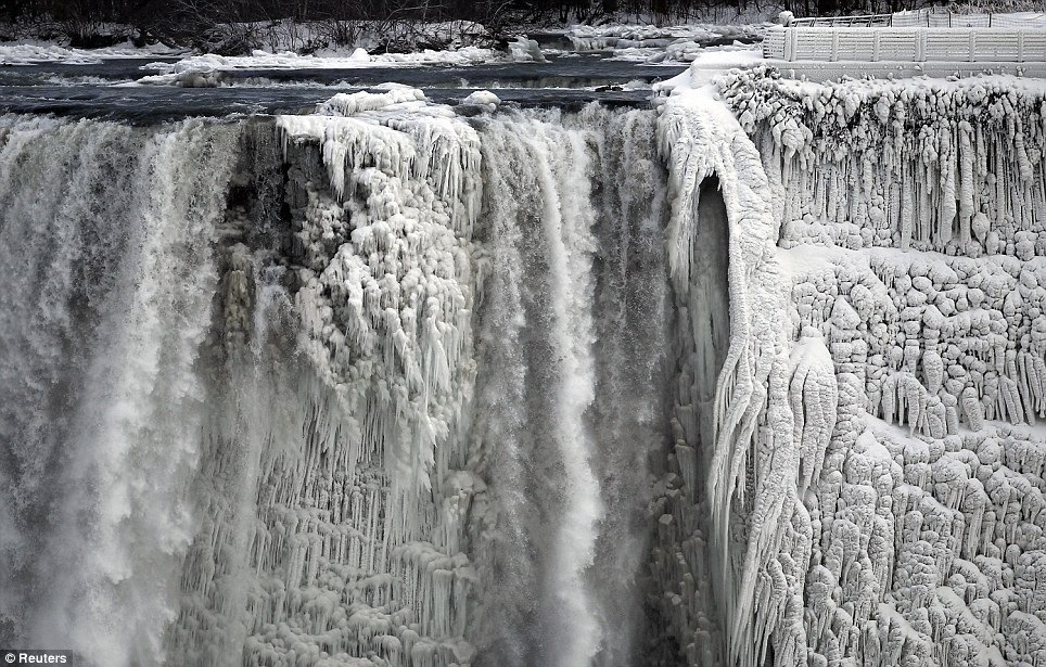 Spectacular photo of Niagara freezing midway in its fall